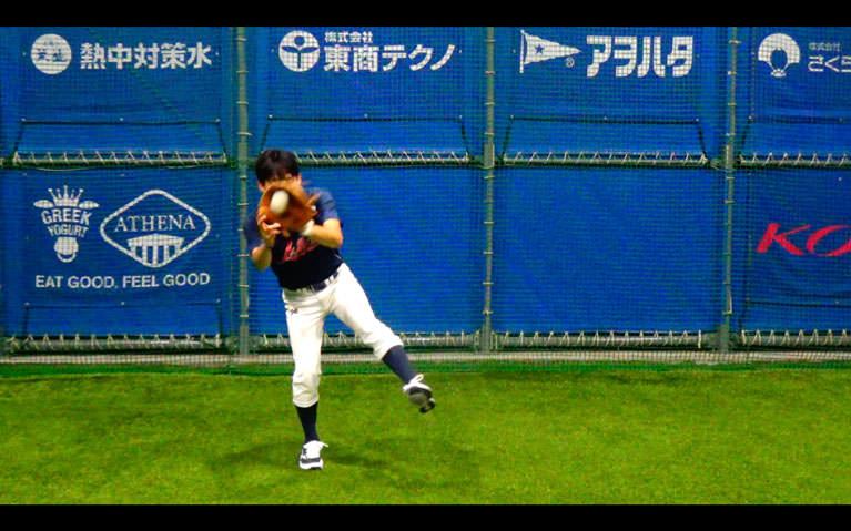 ボールを顔〜胸の高さに正面から投げてもらって、捕球と同時にトップの姿勢を作り体をひねるようにして左横に送球します