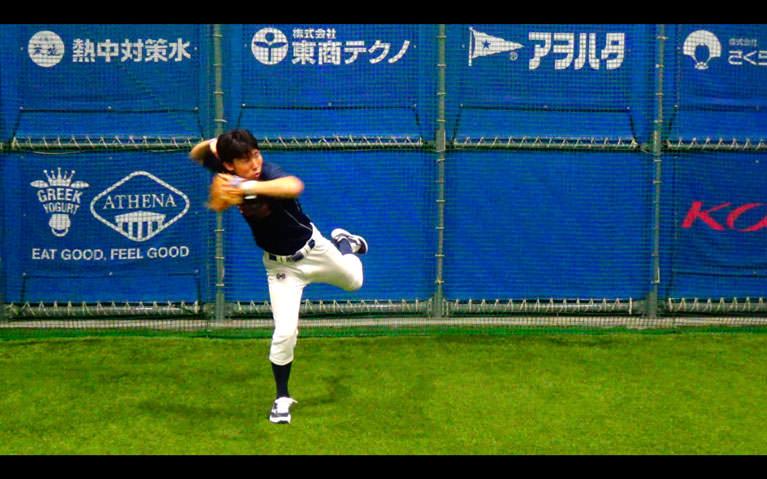 ボールを顔〜胸の高さに正面から投げてもらって、捕球と同時にトップの姿勢を作り体をひねるようにして左横に送球します_2