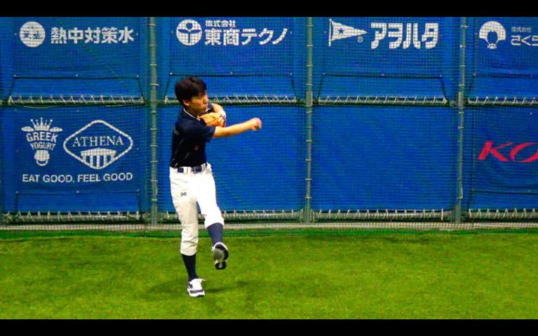 ボールを顔〜胸の高さに正面から投げてもらって、捕球と同時にトップの姿勢を作り体をひねるようにして左横に送球します_3