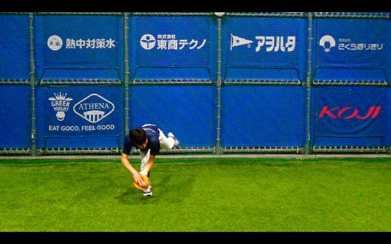 捕球と同時にトップの姿勢を作り体をひねるようにして左横に送球します_1