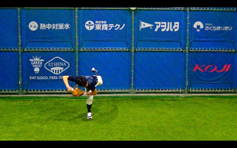 捕球と同時にトップの姿勢を作り体をひねるようにして左横に送球します_2