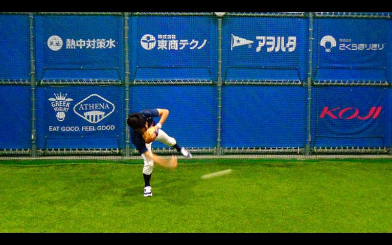 捕球と同時にトップの姿勢を作り体をひねるようにして左横に送球します_3