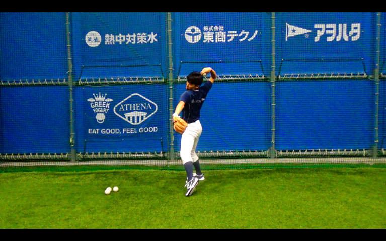 肘の位置が肩のラインより少し高くなるようにトップを作る。_2
