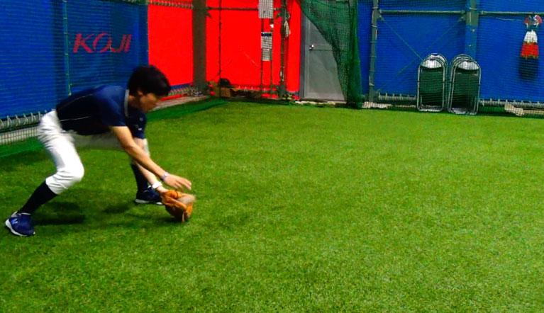 右足を前に出して送球方法に、左足を踏み出し、左肩を向けることでトップが決まり、正確な送球が可能となる。