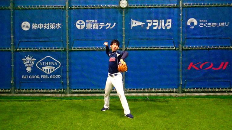 前足と前肘(前肩)を送球方向に向け、適切なトップの位置を作ることで送球の強さと安定につながる