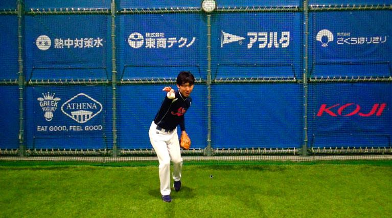 送球相手に向かってまっすぐ向かっていくようなイメージでスローイングすると横に送球がブレることが減り、勢いよくスローイングできる