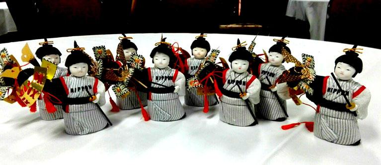 若武者NIPPONから対戦相手へのお土産で持参したさくらほりきり製日本人形の写真